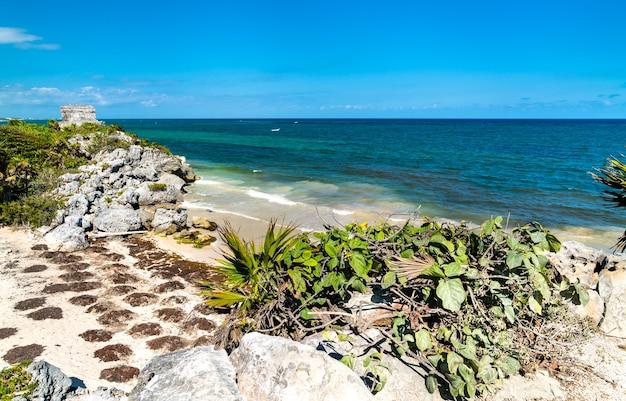 メキシコのキンタナロー州のトゥルムにあるカリブ海の海辺のマヤ遺跡