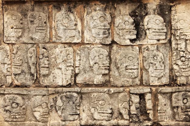 チチェン・イッツァのマヤの石の頭蓋骨