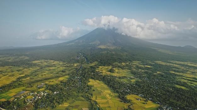 필리핀 시골 공중에서 마욘 화산 폭발