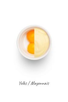 마요네즈와 흰색, 상위 뷰에 고립 된 흰색 그릇에 노른자위