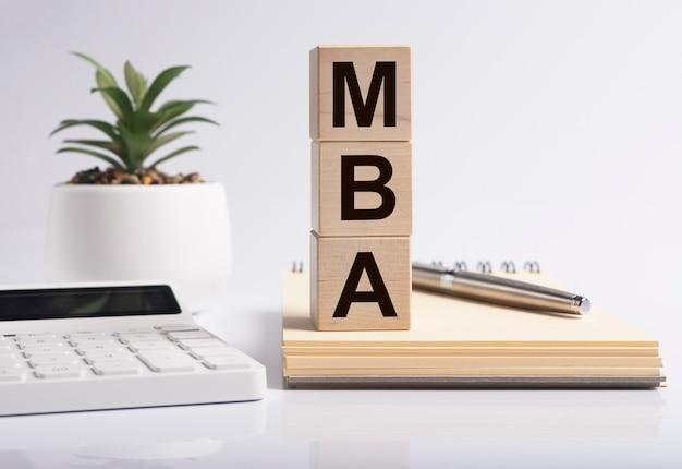 Mbaの頭字語の碑文。経営学修士、教育。