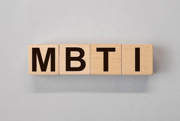 Mbtiの頭字語、木製のダイスの碑文