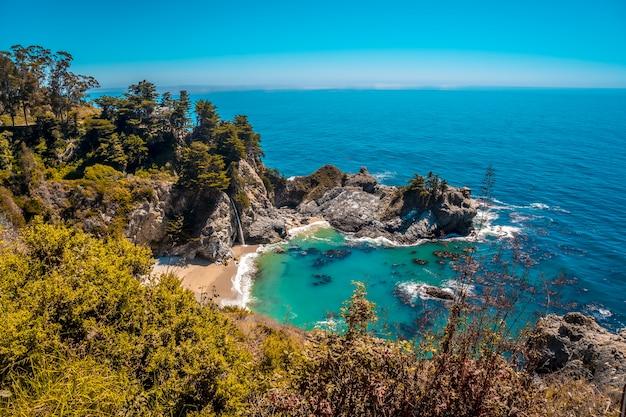 Водопад маквей и его прекрасный пляж, калифорния. соединенные штаты