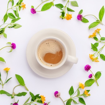 牧草地と野花が円を描くように配置され、コーヒーカップが平らに置かれました