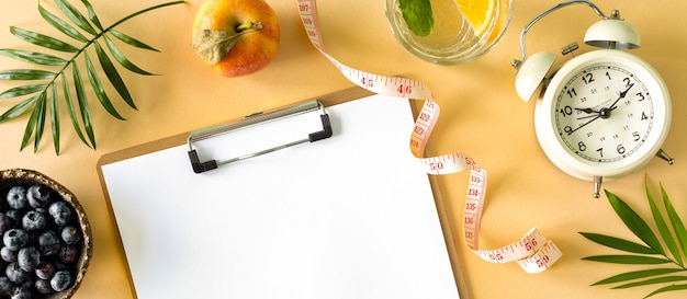 食事プラン。ダイエットと減量の概念。上からの眺め。フラットレイ。コピースペース
