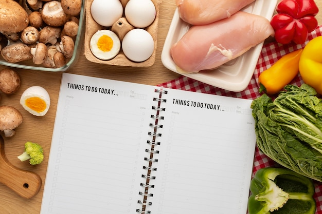 食事計画のメモ帳と食品の品揃え