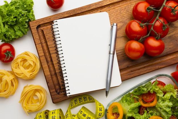 食事計画のメモ帳と食事の構成