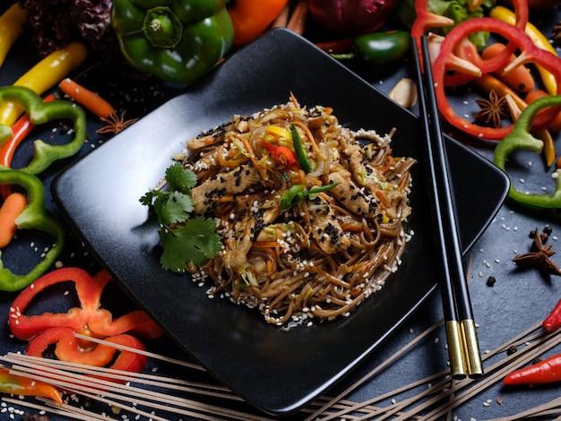 Рецепт еды. традиционные пищевые ингредиенты и процесс приготовления. японская кухня. гречневая лапша мясно-овощная мука.