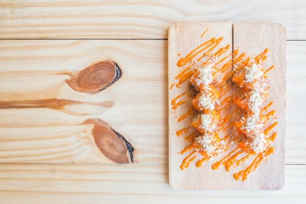 Еда рулет крупным планом морепродукты черный