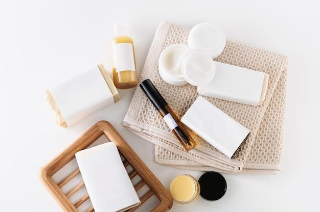 白い背景に、体と顔のケアの手段、天然成分の自家製化粧品、石鹸、クリーム、オイル