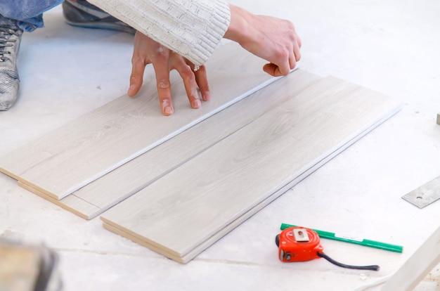 Мерный ремонт плитки в доме. выборочный фокус.