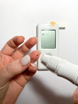 Измерение уровня сахара в крови с помощью глюкометраf