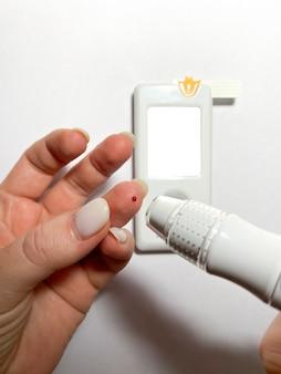 Измерение уровня сахара в крови глюкометром с макетом