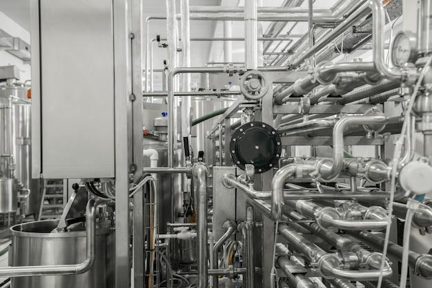 工場内の測定センサーとパイプ。乳製品工場の設備