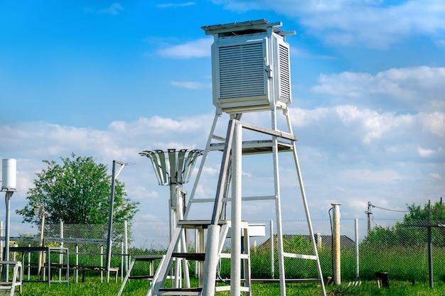 다양한 기상 장비를 갖춘 기상 관측소의 측정 장소