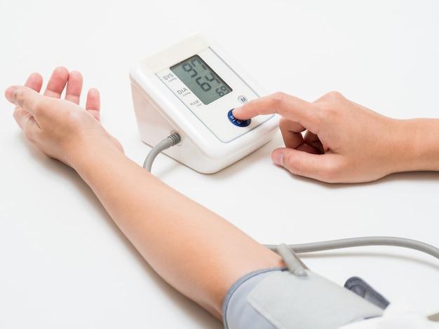 デジタル機器で血圧を測定する
