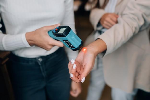 Измерение температуры тела с помощью бесконтактного термометра для тела