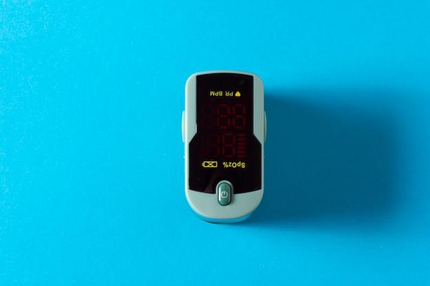 맥박 산소 측정기로 산소 포화도를 측정합니다. 건강 개념.