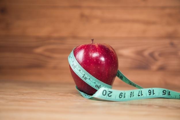 테이블에 테이프와 사과 측정