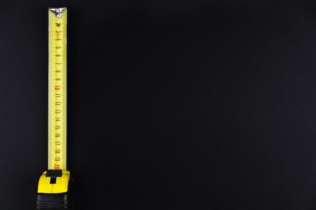 Рулетка желтого цвета на черном фоне
