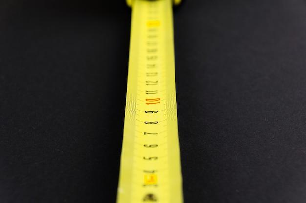 검정색 바탕에 노란색으로 줄자 측정
