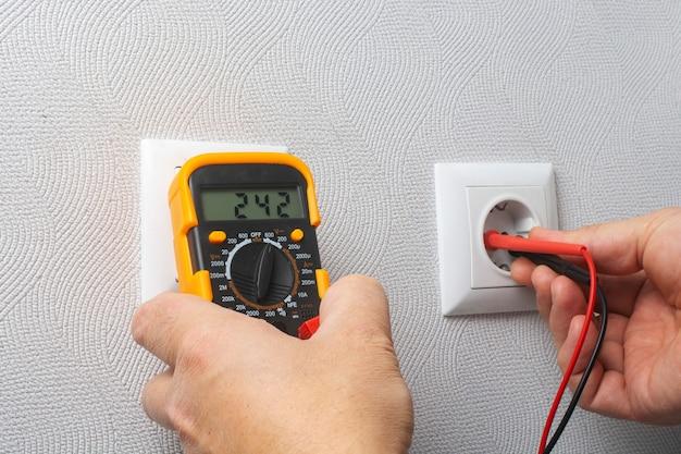 멀티 미터로 전기 네트워크의 전압 측정