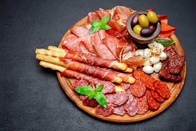 Мясо и сырная тарелка с колбасой салями, чоризо, пармой и моцареллой