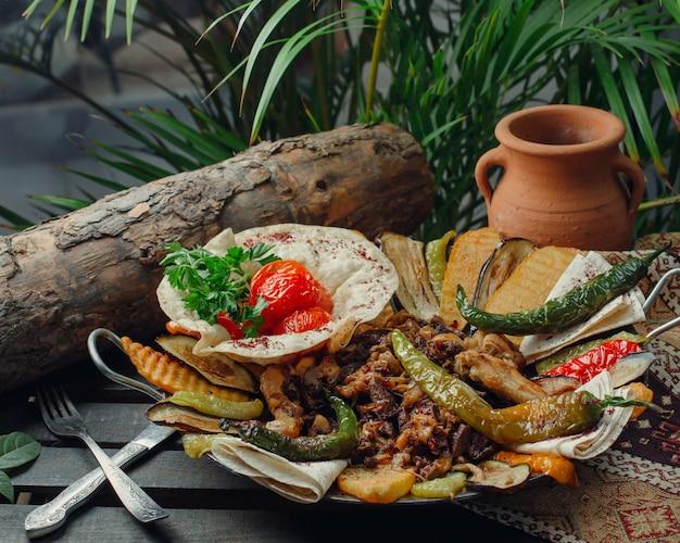 야채와 고기와 닭고기 주머니