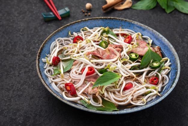 Мясо и овощи вьетнамская лапша с фоном пищи палочки для еды