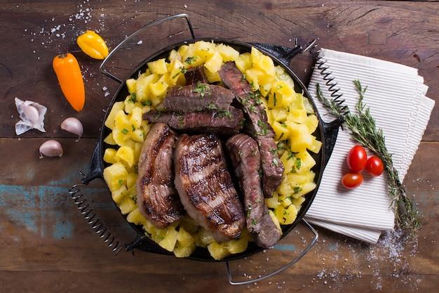 木製のテーブルの上の肉と野菜