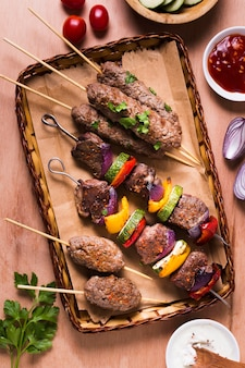 Мясо и овощи на шпажках