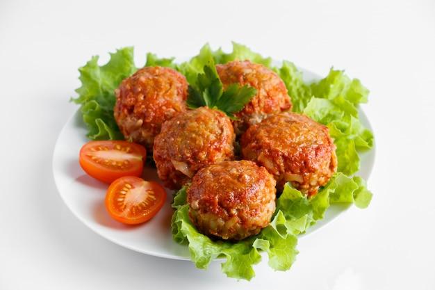 공백에 고립 된 토마토 소스에 고기 공.