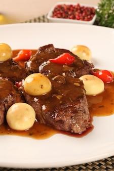 고기 / 쇠고기와 샴 피뇽.