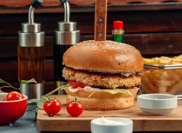 Hamburger di carne con lattuga, pomodoro e salsa