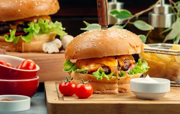 Hamburger di carne con cheddar fuso e lattuga
