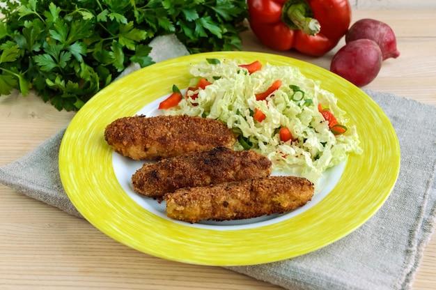 Мясная котлета с салатом из капустного перца и зелени