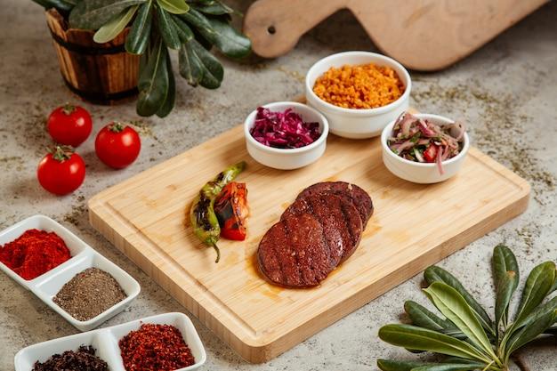 Мясные котлеты с салатом и овощами гриль