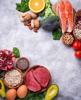 Мясо, рыба, бобовые, орехи и овощи.