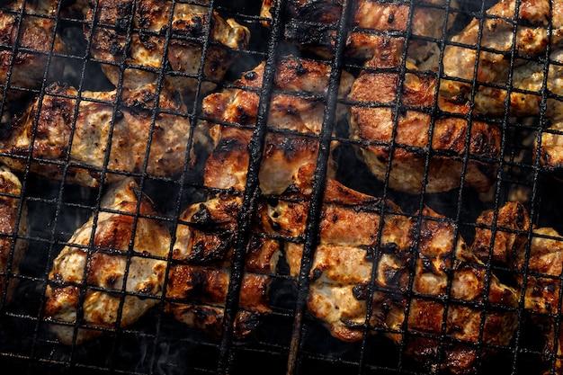 고기는 그릴에 튀겨집니다. 구운 돼지고기와 함께 와이어 랙