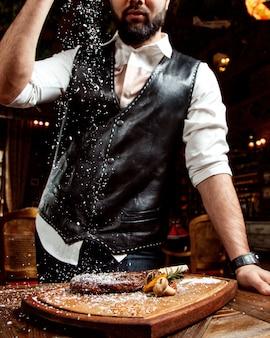 소금과 스테이크와 고기 마스터