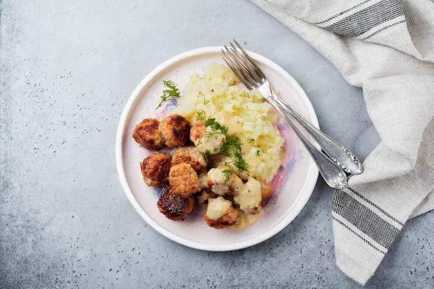 Мясные тефтели с картофельным пюре