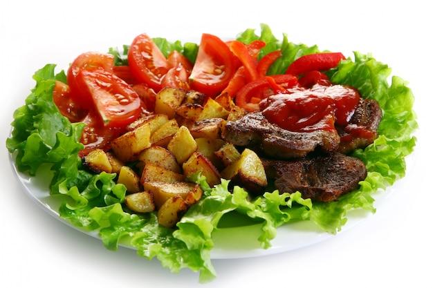 Мясная тарелка с картофелем и соусом