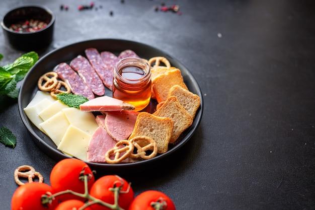 肉盛り合わせハムスライス、チーズプレート、クラッカーソーセージサラミ料理