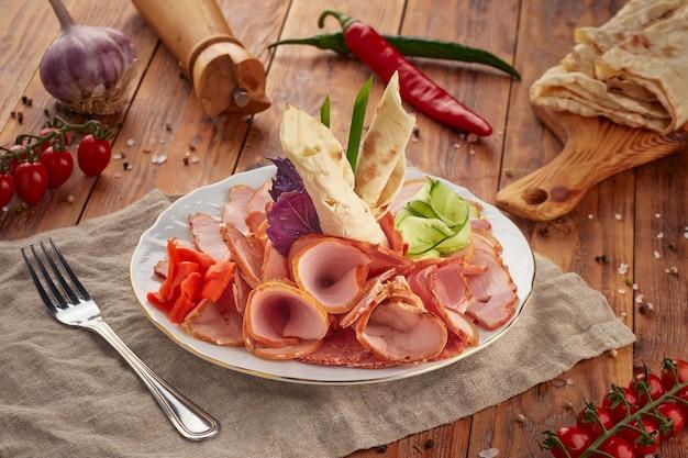 Мясное ассорти с ветчиной, салями и сырокопченой колбасой