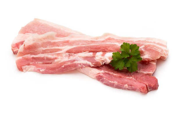 Ломтики свинины мяса, изолированные на белом фоне.