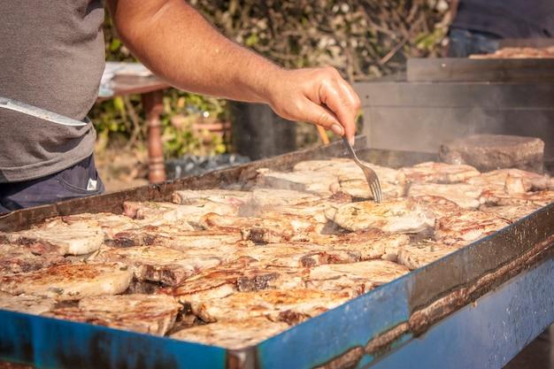 Мясо, стейк из свинины на гриле для приготовления во время шашлыка.