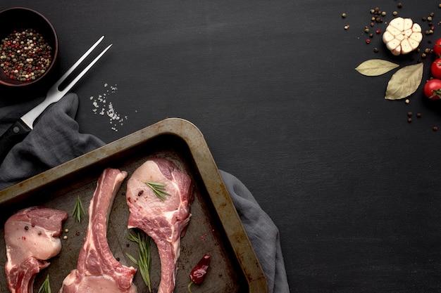 Мясо, приготовленное для приготовления в противне