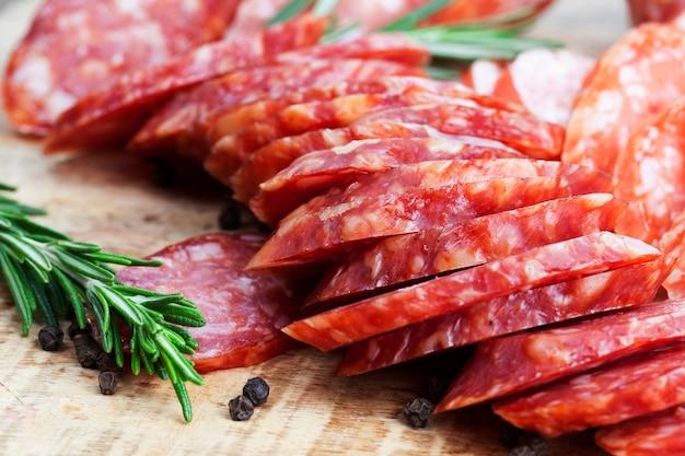 고기로 준비한 절인 쇠고기, 돼지 고기 제품, 라드가 로즈마리와 함께 테이블에 슬라이스