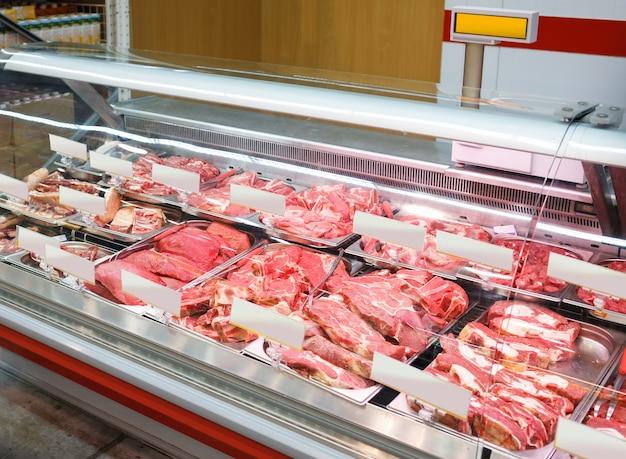 Мясные продукты в небольшой мясной лавке