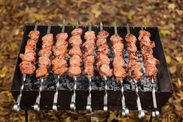 グリルで焼いたバーベキューケバブで焼いた肉